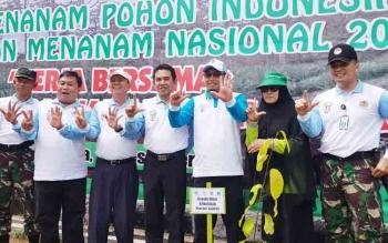 Kepala Dishut Kalteng Sri Suwanto mengkampanyekan imbauan menanam 25 batang pohon saat kegiatan Bulan Menanam Nasional yang dipusatkan di SMAN 3 Palangka Raya