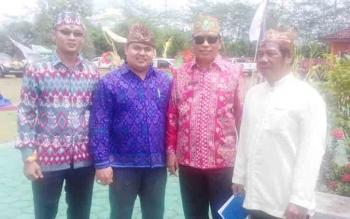 Kepala Dinas Kebudayaan dan Pariwista Kotim (batik merah) bersama tokoh adat dan masyarakat di Kotim.