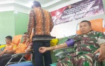 anggota TNI, badan SAR dan Kepolisian sedang donor darah