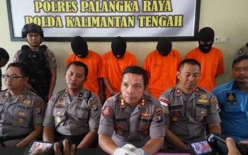 Kapolres Palangka Raya AKBP Timbul Rein Krisman Siregar membeberkan ke awak media hasil pengungkapan pelaku jambret dan pencurian spesialis kos-kosan.