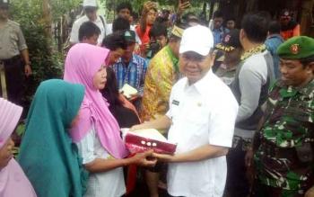 Bupati Kapuas Ben Brahim S Bahat menyerahkan bantuan sembako secara simbolis kepada warga yang terdampak banjir di Desa Telukung Punai Kecamatan Kapuas Murung Kamis (14/12/2017).