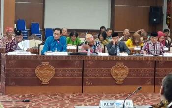 Syairi Abdullah (berbicara) saat pertemuan dgn Komisi VIII DPR RI di Aula Rka Hapakat kantir gubernur