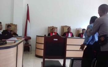 Tuhas, saksi meringankan Marsius saat ditangkap ketika berupaya menyerang jaksa di persidangan Pengadilan Negeri Sampit, Kamis (14/12/2017).