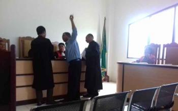 Saksi Tuhas (menunjuk tangan) tampak marah-marah saat jaksa menunjukkan bukti ganti rugi dipersidangan Marsius.