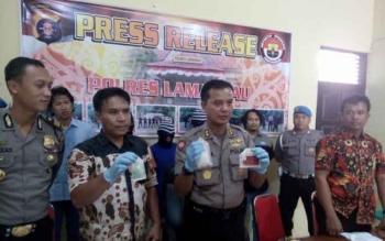 Tampak Kapolres Lamandau, Andhika Kelana Wiratama, didampingi Kabag Ops dan Kasatnarkoba, saat menunjukkan barang bukti narkotika, Kamis (14/12/2017)