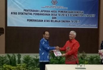 Bupati Gunung Mas Arton S Dohong (kiri) menerima LHP dari Ketua BPK RI Perwakilan Kalteng Raden Cornell di Kota Palangka Raya, Kamis (14/12/2017).\\r\\n\\r\\n