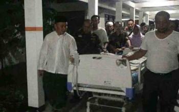 Gubernur Kalimantan Tengah, Sugianto Sabran dan Wakilnya Habib H Said Ismail ikut mendorong jenazah ibunda wakil gubernur saat hendak dibawa keluar dari RSUD Doris Sylvanus Palangka Raya, Kamis (14/12/2017) malam