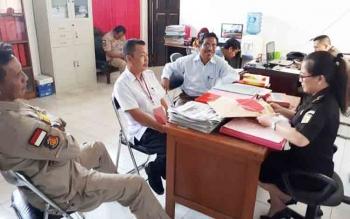 Karyadi (di depan jaksa) saat diperiksa di Kejari Kotim oleh JPU didampingi penasihat hukumnya dan Kanit Tipikor Polres Kotim.