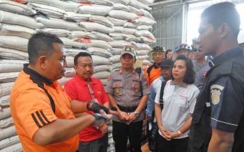 Kapolda Kalteng Brigadir Jenderal Anang Revandoko mengecek stok beras di Gudang Bulog Palangka Raya, Jumat (15/12/2017)
