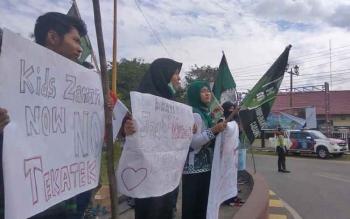 Massa dari HMI cabang Sampit lakukan aksi di bundaran Polres Kotim