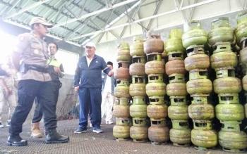 Kapolres Palangka Raya AKBP Timbul Rein Krisman Siregar bersama Kepala Disperindag Kota Palangka Raya Aratuni D Djaban mengecek stok gas elpiji di PT Resbayu, Jumat (15/12/2017)
