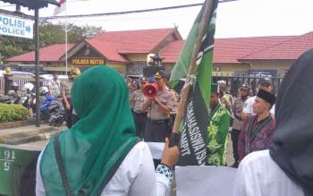 Massa HMI Cabang Kotim lakukan aksi didepan Mako Polres Kotim.