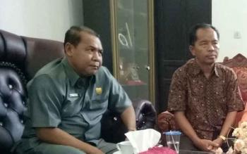 Wakil Ketua DPRD Kabupaten Gunung Mas Punding S Merang (kiri) saat berbincang dengan anggota DPRD Polie L Mihing.