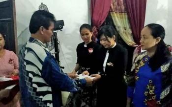 Plt Sekda Gumas Ambo Jabar menyerahkan talibasih kepada pendeta saat safari Natal di GKE Efata Desa Tewai Baru, Kecamatan Sepang, Jumat (15/12/2017).