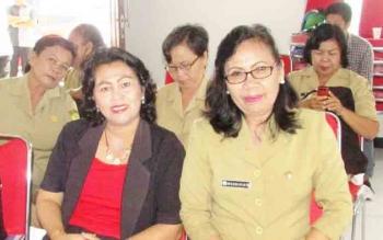 Anggota DPRD Gumas Pendeta Rayaniatie Djangkan (baju hitam) disela kegiatan, beberapa waktu lalu..