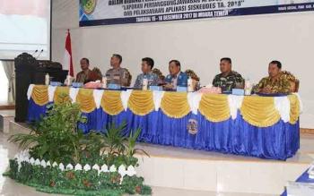 Bupati Barito Utara, H NAdalsyah saat mengalungkan tanda peserta kepada perwakilan peserta pelatihan aparatur pemerintah desa dalam bidang pengelolaan keuangan daerah tahun 2017.