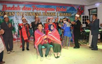Bupati Barito Utara, Nadalsyah bersama istri dipakaikan selendang khas Batak