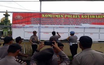 Kapolres Kobar AKBP Arie Sandy Zulkarnain Sirait beserta jajarannya menandatangani komitmen bebas dari penyalahgunaan narkoba