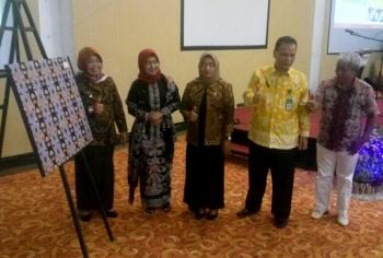 Bupati Kobar Nurhidayah saat peluncuran motif batik khas Kabupaten Kobar.