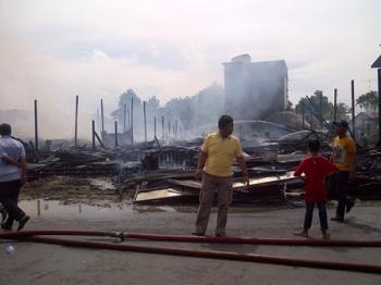 Kebakaran hebat terjadi di Jalan Patianom, Komplek Perumahan X, Kota Buntok, Kabupaten Barito Selatan, Minggu (17/12/2017) siang.