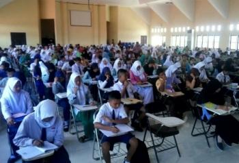 Ratusan pelajar mengikuti Olimpiade Matematika tingkat SD dan SMP se-Kabupaten Kobar yang digelar Semesta Boarding School dan Dinas Pendidikan, di aula lantai III Untama Pangkalan Bun, Minggu (17/12/2017).