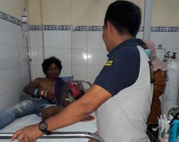 Korban Syahrul saat mendapat perawatan medis pascadianiaya rekan kerjanya, Abdul Hari, Sabtu (16/12/2017).