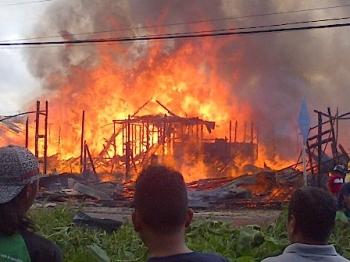 Api membakar toko meubel milik H Ancah di Jalan Patianom, Komplek Perumahan X, Kota Buntok, Kabupaten Barito Selatan pada Minggu (17/12/2017).