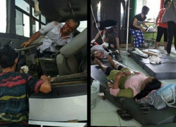 Sejumlah korban tabrakan bus vs truk dirawat di Puskesmas Jabiren Raya, Kabupaten Pulang Pisau. Sementara itu, sopir bus Damri saat akan dievakuasi.