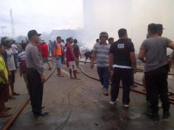 Kapolsek Dusun Selatan AKP Budiono turun langsung ke lapangan memadamkan api yang menghanguskan Kompleks Perumahan X Buntok, Minggu (17/12/2017)