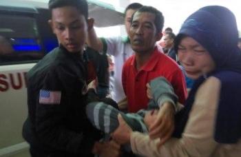 Keluarga Romli menangis histeris begitu melihat Romli tiba di RSUD dr Doris Sylvanus Palangka Raya.