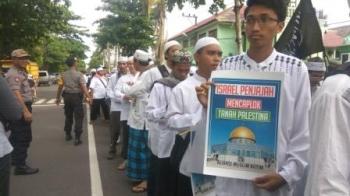 Massa Aliansi Muslim Kotim saat sedang bersiap melakukan longmarch dari Masjid Baiturahim menuju Bundaran Polres Kotim