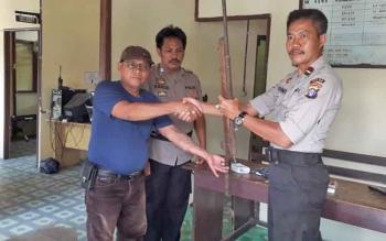 Warga Desa Pilang Serahkan Senjata Rakitan ke Polsek Jabiren Raya