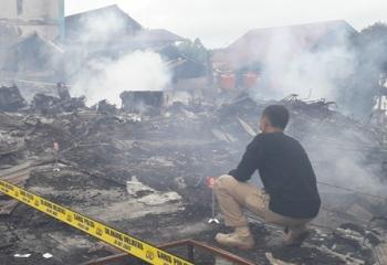 Gubernur Salurkan Bantuan Untuk Korban Kebakaran Pasar Pelita
