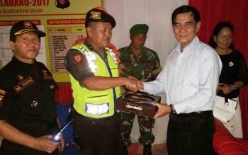Wakil Bupati Serahkan Makanan Ringan Untuk Petugas Piket di Pos Operasi Lilin