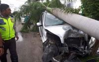 Mobil Rush Tabrak Pohon Hingga Patah, Pengemudi Berusia 14 Tahun