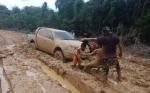 Hujan Deras, Jalan ke Desa Luwe Lumpuh