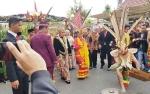 Gubernur Sugianto Lewati Lawang Sakepeng lalu Disambut Garantung