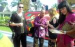 Masyarakat yang Hadiri Pernikahan Gubernur Berebut Berfoto dengan Turis