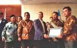 Bupati Nadalsyah Terima Penghargaan dari Menteri Sosial
