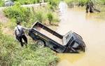 Pecah Ban Depan, Mobil Pikap Nyemplung ke Sungai