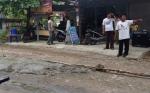 Warga Jalan Anoy Palangka Raya Perbaiki Jalan Rusak dengan Dana Swadaya