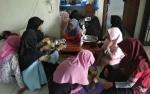 Mahasiswi Ini Jual Kue Agar Bisa Berangkat ke Martapura