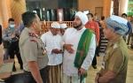 Sambut Habib Syech Sudah di Bandara Sampit, Bupati Berikan Surban