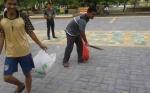 Pedagang Gotong Royong Bersihkan Bundaran Pancasila Pangkalan Bun