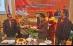 Bupati dan Ketua PPNI Kobar Saling Beri Kue Ulang Tahun