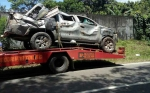 Lepas Kendali, Toyota Hilux Terguling Hingga Ringsek