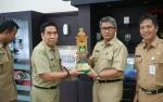 Ketua Kontingen Barito Utara Serahkan Piala MTQ ke Pjs Bupati