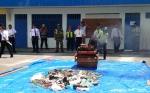 Petugas Bandara H Asan Sampit Musnahkan Ribuan Korek Api Gas Sitaan