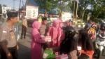 Polres Sukamara Bagi Takjil di Jalan