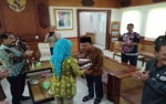 Gubernur Dapat Kejutan Kue Ultah di Bandara Tjilik Riwut